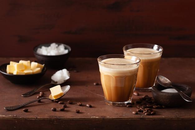 Kuloodporna kawa, napój keto paleo zmieszany z masłem i olejem kokosowym