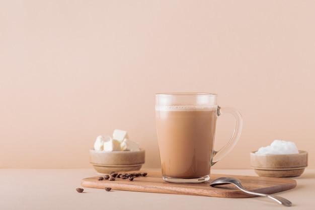 Kuloodporna kawa, zmieszana z organicznym masłem i olejem kokosowym mct, paleo, keto, ketogenicznym napojem śniadaniowym.