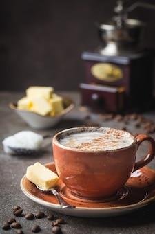 Kuloodporna kawa, zmieszana z organicznym masłem i olejem kokosowym mct, śniadanie paleo, keto, napój ketogeniczny.
