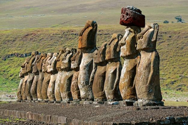 Kultowe piętnaście posągów moai ahu tongariki ceremonial platform, wyspa wielkanocna, chile