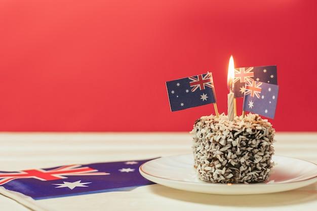 Kultowe tradycyjne australijskie przyjęcie ciasta lamington na czerwonym, białym i niebieskim tle flaga australii