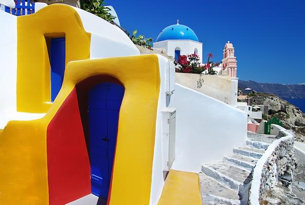 Kultowy santorini - najpiękniejsza wyspa europy. kolorowe domy w wiosce oia. grecja