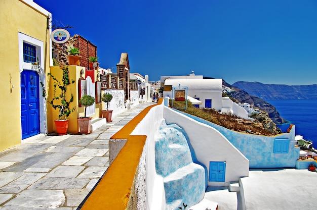 Kultowy santorini - najpiękniejsza wyspa europy. kolorowe domy wioski oia. grecja