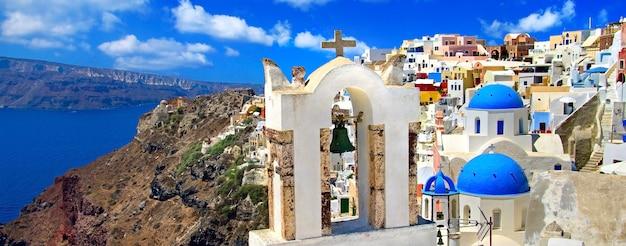 Kultowy santorini - najpiękniejsza wyspa europy. widok na kalderę i wioskę oia. grecja
