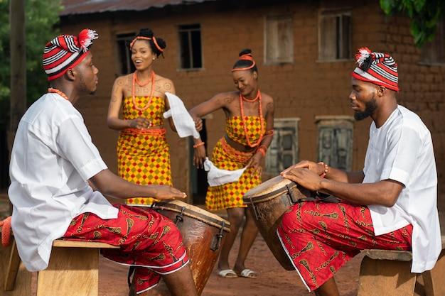 Kultura lokalna z nigeryjskimi tancerzami w średnim ujęciu
