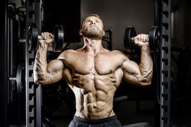 Kulturysta lekkoatletycznego mężczyzna trening mięśnie ćwiczenia