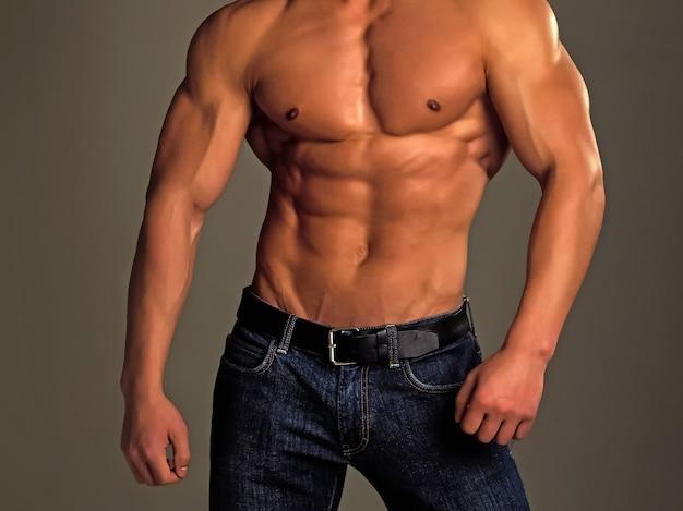 Kulturysta lekkoatletyczny mężczyzna z sexy nagie ciało w spodniach