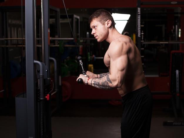 Kulturysta mężczyzna wykonywania treningu na siłowni