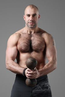 Kulturysta pozowanie i pokazuje mięśnie