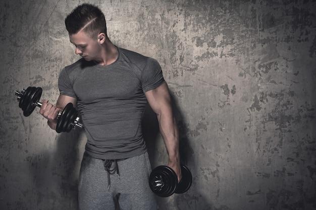 Kulturysta robi biceps loki z hantlami