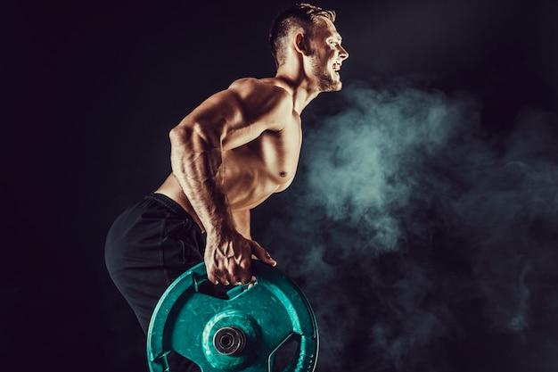Kulturysta robi ćwiczenia na mięśnie pleców ze sztangą
