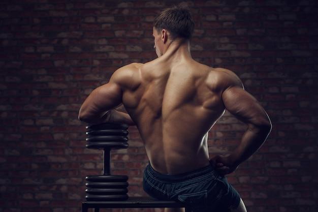Kulturysta siłacz pompowania mięśni pleców