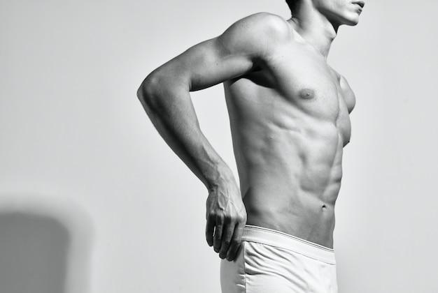 Kulturysta stwarzający mięśnie tułowia trening fitness