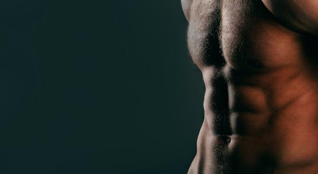 Kulturysta, sześciopak. muskularny mężczyzna, nagi tors męski.