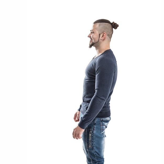 Kulturysta w dżinsach i t-shircie na świetle