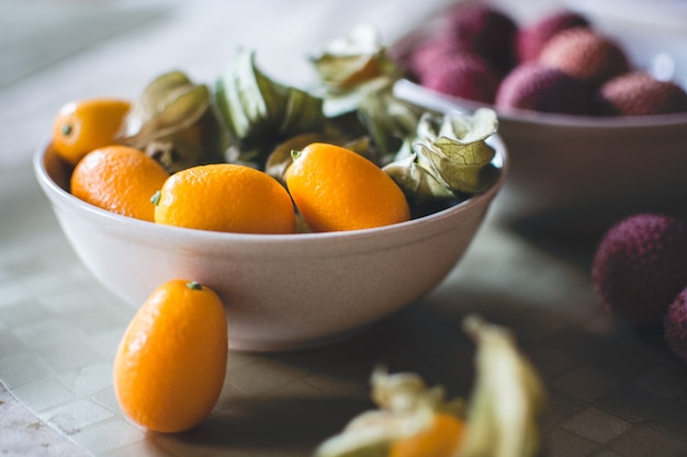 Kumquats i litchi z bliska