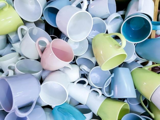 Kupa jasnych, kolorowych ceramicznych filiżanek do kawy