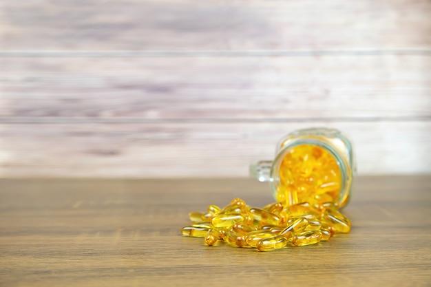 Kupa kapsułki oleju z wątroby dorsza suplement diety dla koncepcji opieki zdrowotnej.