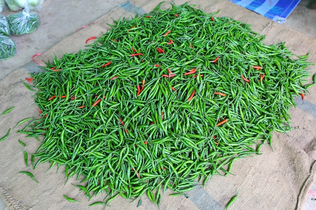 Kupa mieszanych czerwonych i zielonych chilli