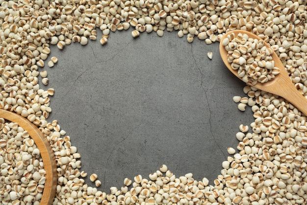 Kupa nasion prosa na ciemnym tle