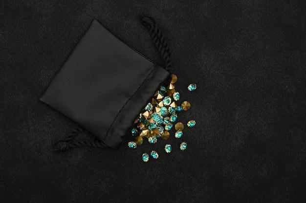 Kupa niebieskich kryształów w torbie