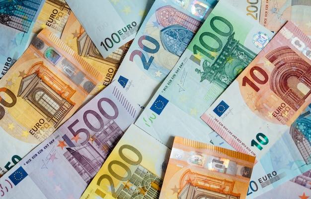 Kupa papierowych banknotów euro w ramach systemu płatności zjednoczonego kraju