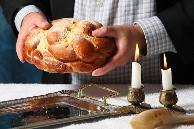 Kupa słodkiego okrągłego chleba szabasowego z chałką