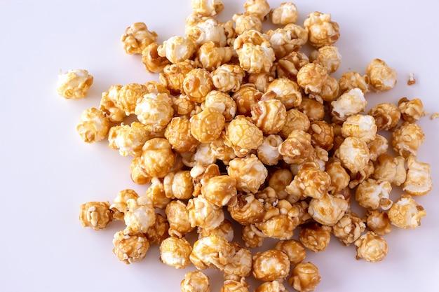 Kupa słodkiego popcornu karmelowego w szklanej misce. ścieśniać. jasna przestrzeń.
