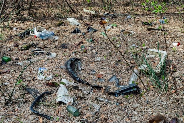 Kupa śmieci w lesie