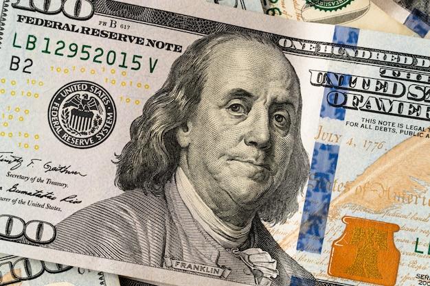 Kupa stu dolarów amerykańskich. banknoty