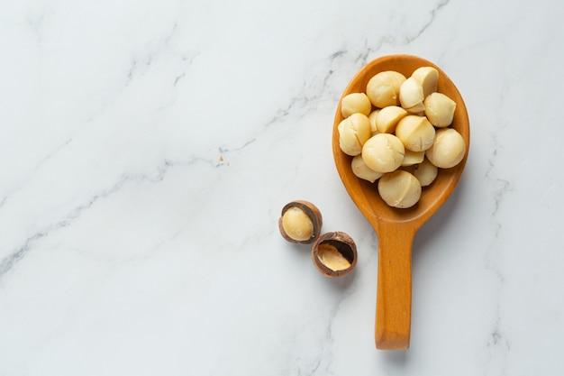 Kupa surowych nasion makadamia