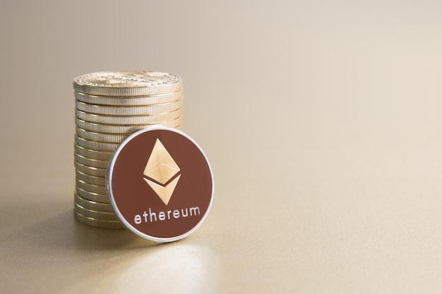 Kupa złotych monet ethereum