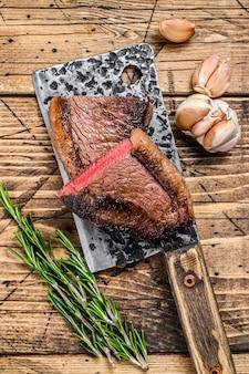 Kuper z grilla lub stek z brazylijskiej wołowiny picanha na tasaku.