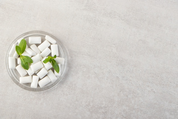 Kupie białe dziąsła z liśćmi mięty