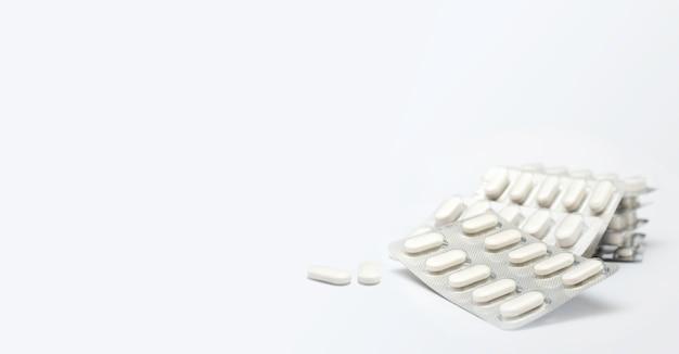 Kupie białe pigułki medyczne w plastikowym opakowaniu. pojęcie opieki zdrowotnej i medycyny.