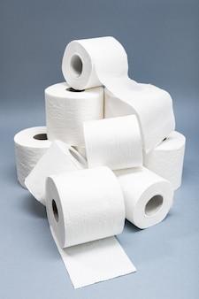 Kupie biały papier toaletowy.