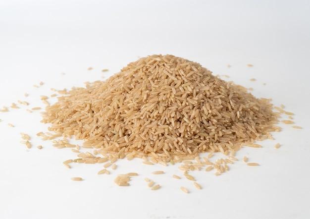 Kupie brązowy ryż na białym tle