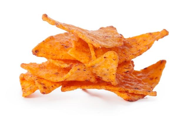 Kupie chipsy nachos na białym tle