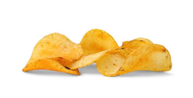Kupie chrupiące chipsy ziemniaczane na białym tle, mała głębia ostrości.