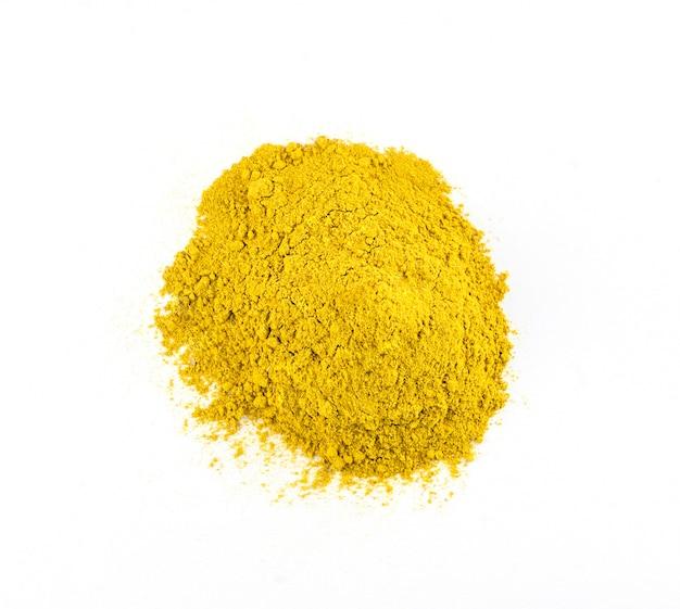 Kupie curry w proszku na białym tle na białym tle, widok z góry. wysokiej jakości zdjęcie