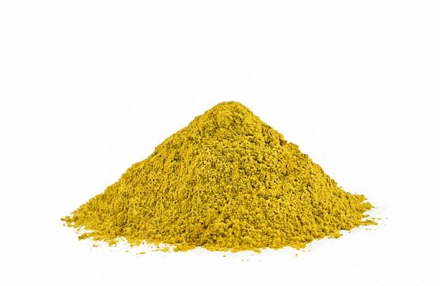 Kupie curry w proszku na białym tle. wysokiej jakości zdjęcie