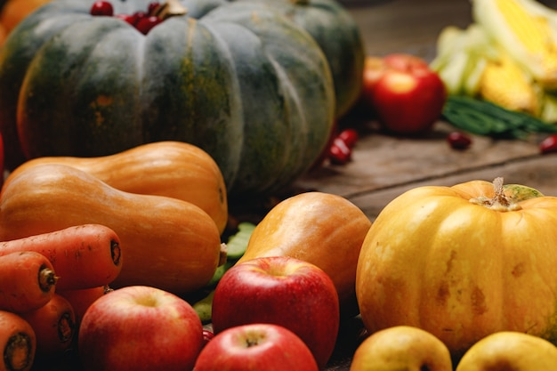 Kupie czerwone jabłka i banie na powierzchni drewnianych
