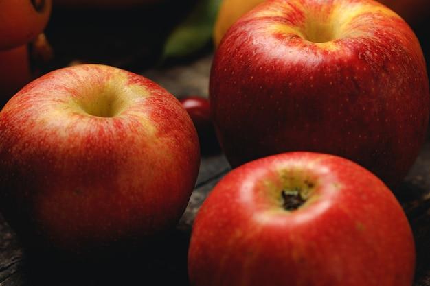 Kupie czerwone jabłka na drewnianym stole zdjęcie