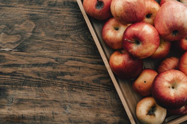Kupie czerwone jabłka na widok z góry deska