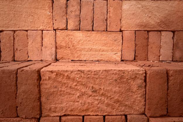 Kupie czerwonej cegły. czerwone cegły stos tekstury tła