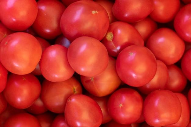 Kupie czerwonych świeżych pomidorów, widok z góry.