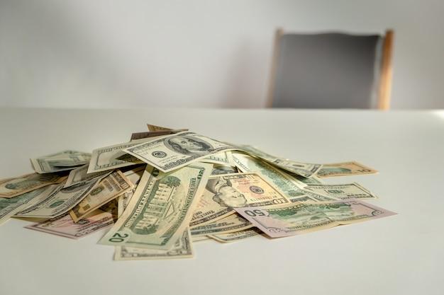 Kupie dolara z krzesłem w tle. pieniądze na stole. koncepcje przekupstwa biznesowego, łapówki, korupcji i sprzedajności.
