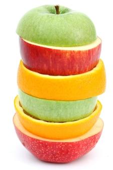 Kupie jabłko pomarańczowy na białym tle