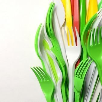 Kupie jasnożółte, zielone i białe plastikowe przybory kuchenne do jednorazowego użytku