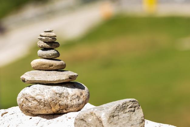 Kupie kamień skały. koncepcja zen